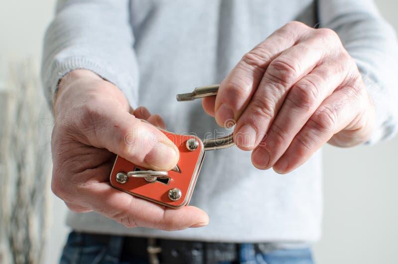 Человек раскрывая padlock стоковые фото
