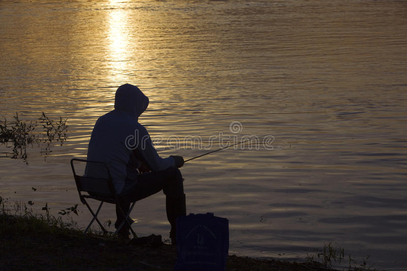 Человек рыбной ловли в лете стоковая фотография