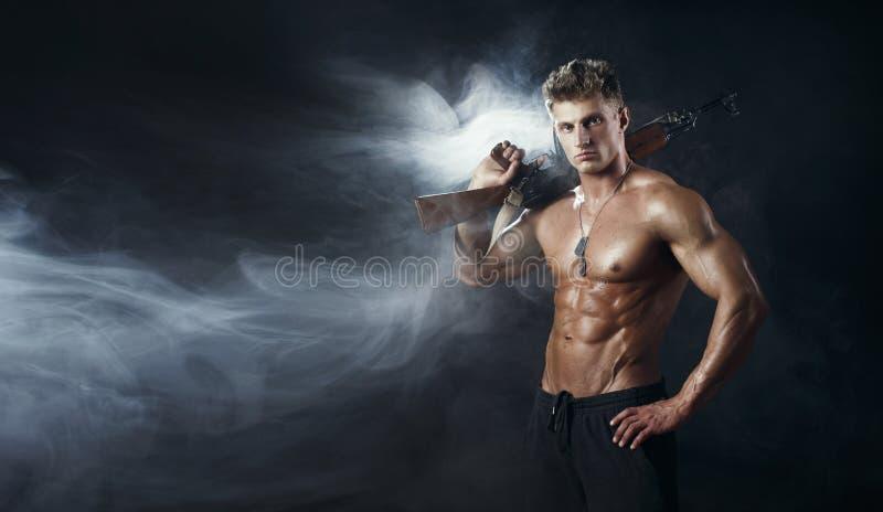 Человек сил специального назначения с оружием штурмовой винтовки стоковая фотография