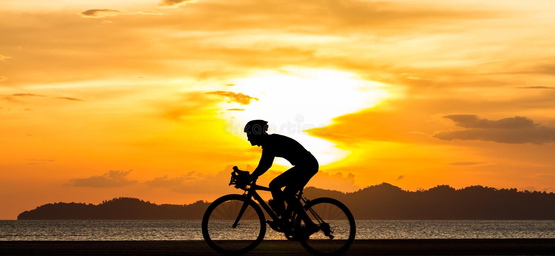 Человек силуэта велосипед на пляже стоковые фотографии rf
