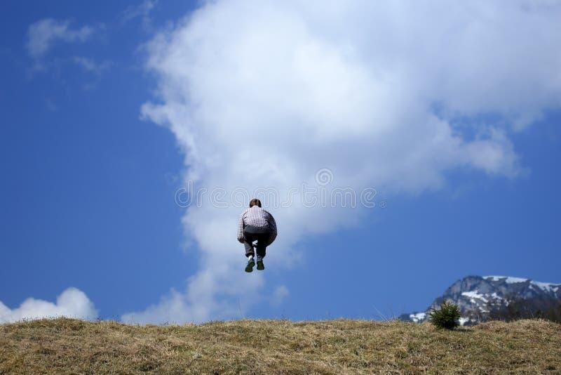 Человек скачет в воздух стоковое фото rf