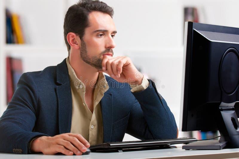 Человек смотря монитор компьютера стоковая фотография rf