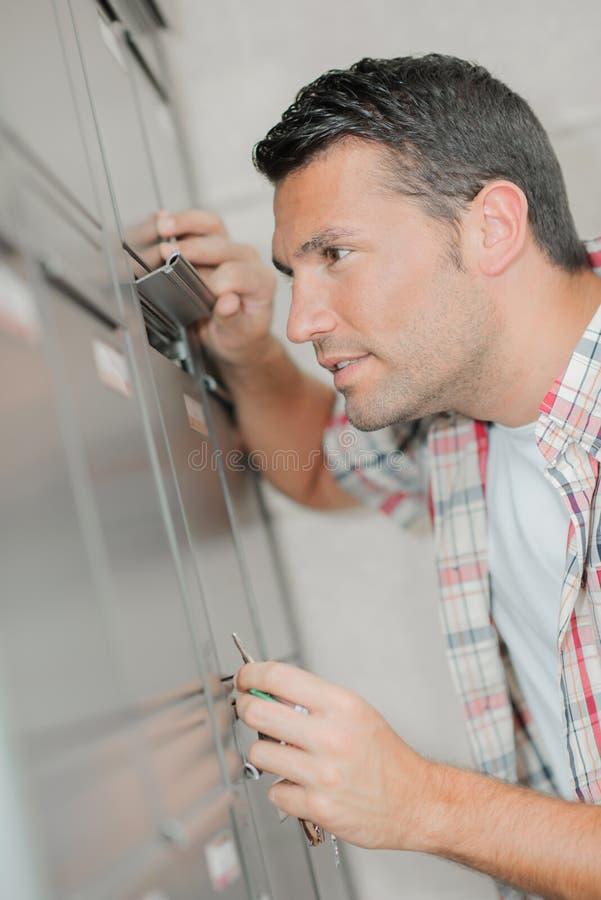 Человек смотря через почтовое отделение щитка стоковое изображение rf