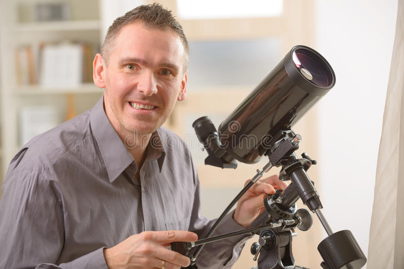 Человек смотря через телескоп стоковое фото rf