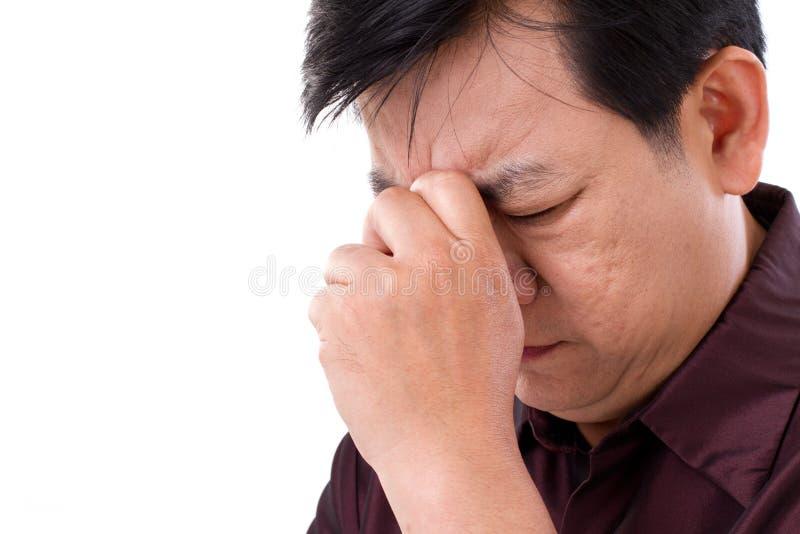 Человек среднего возраста страдая от головной боли стоковые изображения