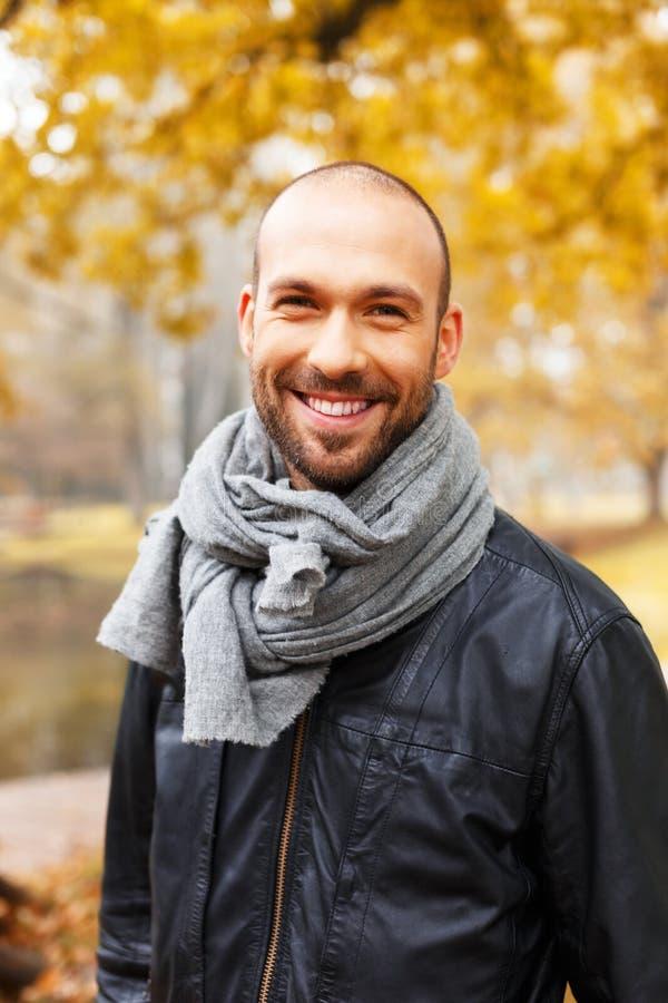 Человек средн-постаретый позитвом на день осени стоковая фотография rf