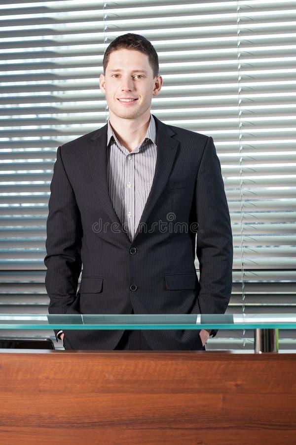 Человек стоя за приемной стоковое фото rf