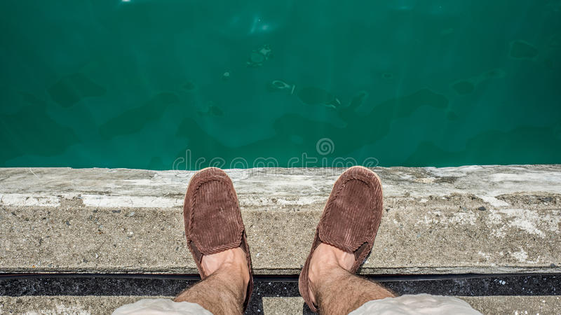 Человек стоя над морем стоковые изображения rf