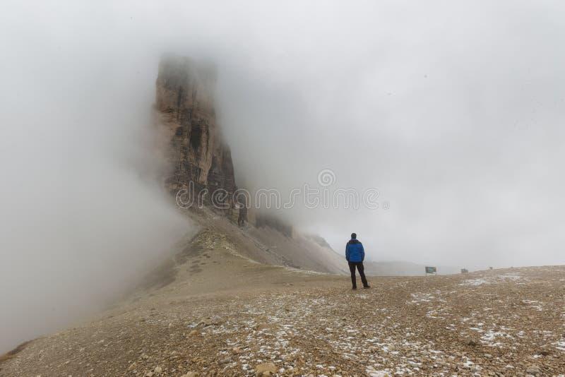 Человек стоя на Drei Zinnen Lavaredo стоковая фотография