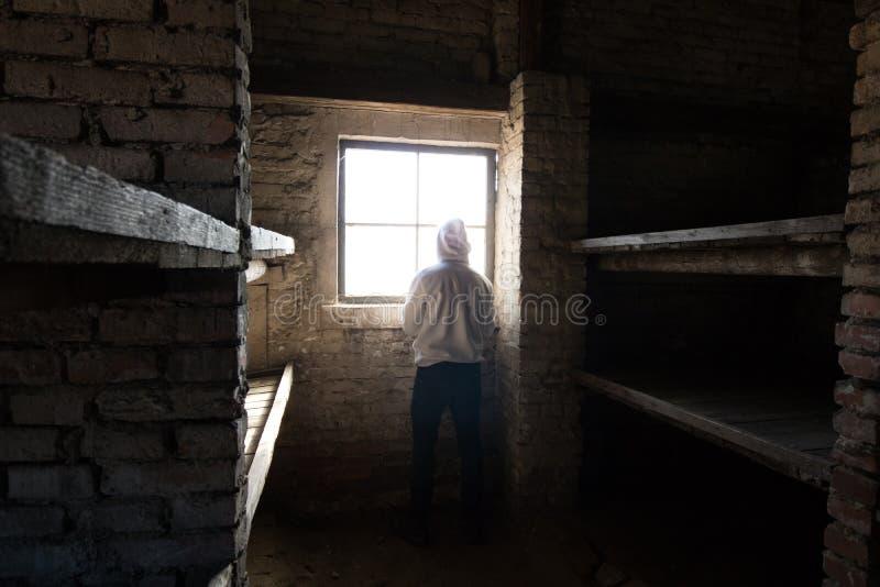 Человек стоя перед окном в кабине стоковая фотография rf