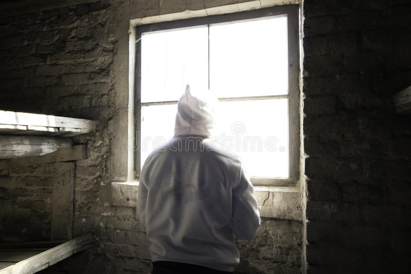 Человек стоя перед окном в кабине стоковое фото rf