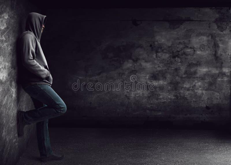 Человек стоя самостоятельно стоковое изображение