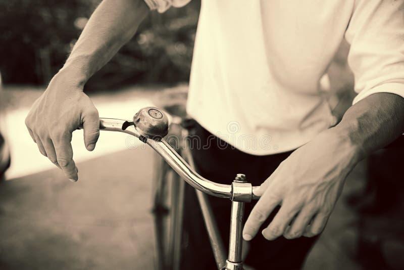 Человек стоя с ретро велосипедом стоковые изображения