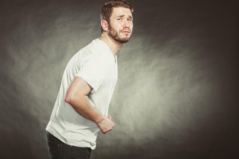 Человек страдая от боли в животе боли в животе стоковая фотография rf
