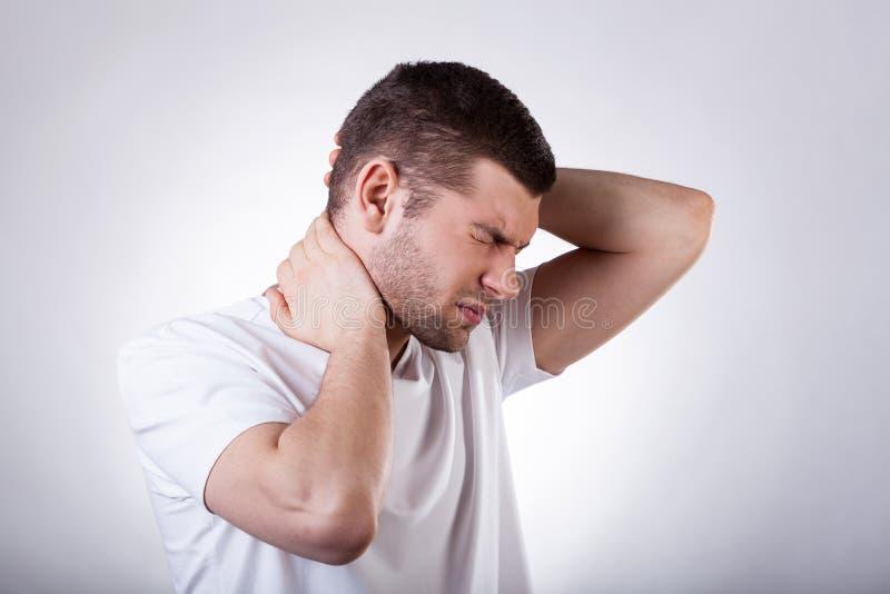 Человек страдая от боли шеи стоковая фотография rf