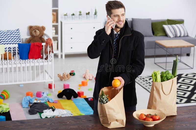 Человек с бакалеями стоковая фотография