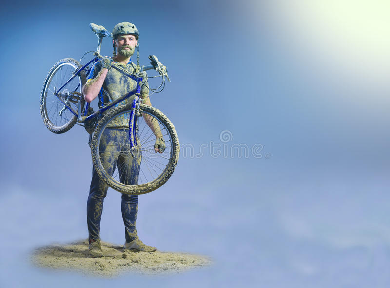 Человек с велосипедом в песке стоя на абстрактной предпосылке коллаж стоковые фото