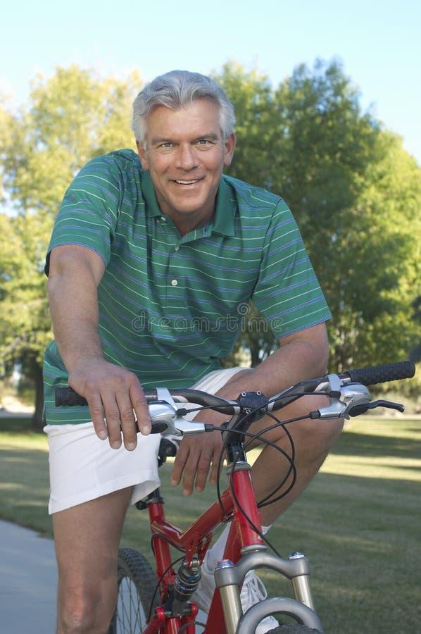Человек с велосипедом стоковая фотография rf