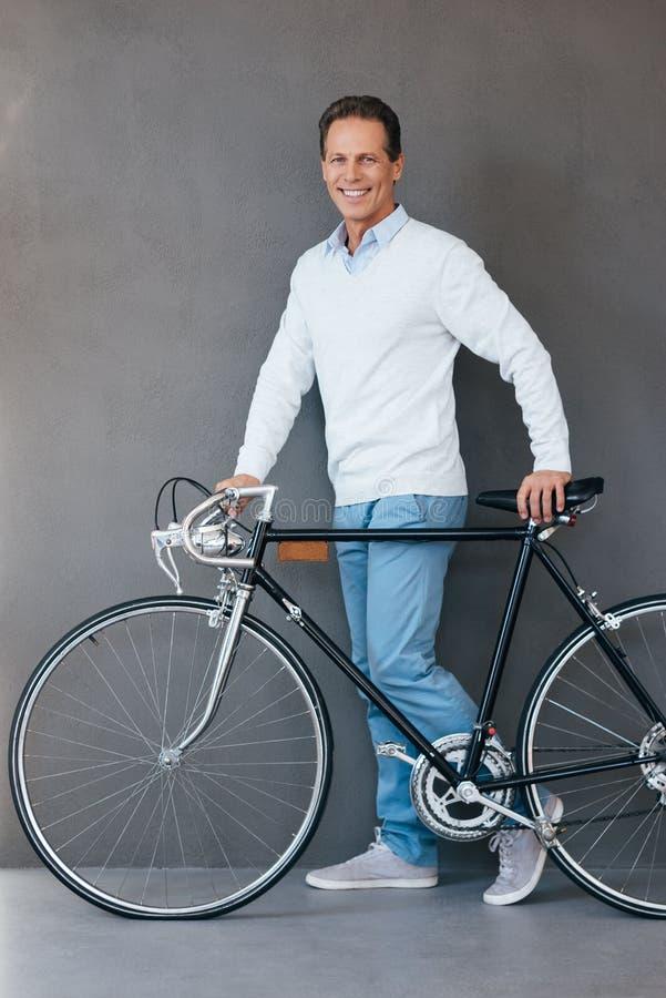 Человек с велосипедом стоковое изображение