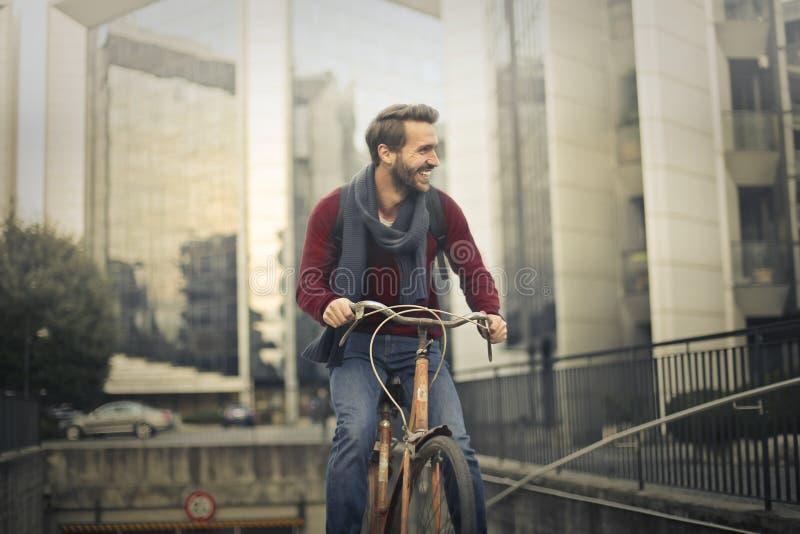Человек с велосипедом стоковая фотография