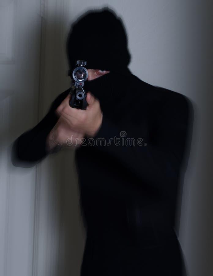 Человек с винтовкой стоковое изображение rf