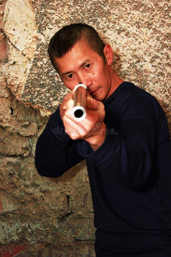 Человек с винтовкой стоковые фотографии rf