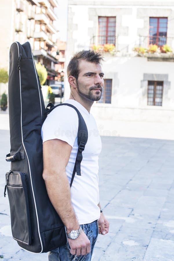 Download Человек с гитарой. стоковое изображение. изображение насчитывающей привлекательностей - 33727775