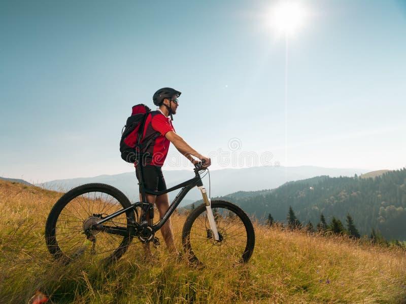 Человек с горным велосипедом стоковая фотография rf