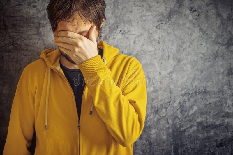 Человек с головной болью мигрени стоковые фотографии rf