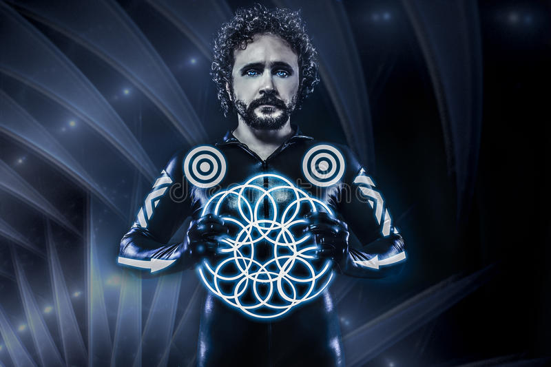 Человек с голубыми неоновыми светами, будущий костюм ратника, фантазия s стоковые фотографии rf