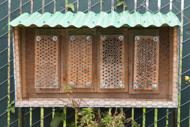 Человек сделал крапивницу пчелы сада стоковое фото
