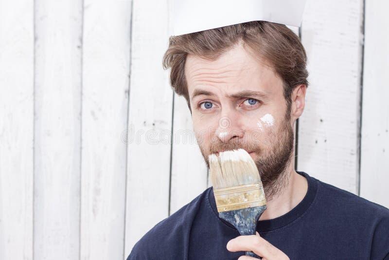 Человек с кистью - реновация, крася стены стоковые изображения rf