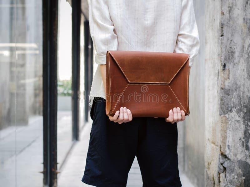Человек с кожаной сумкой стоковое изображение rf