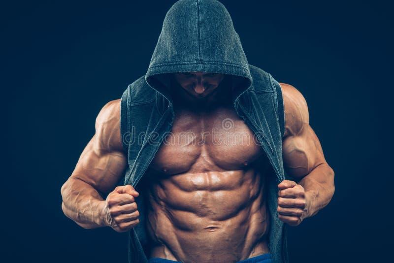 Человек с мышечным торсом Сильные атлетические люди стоковые фотографии rf