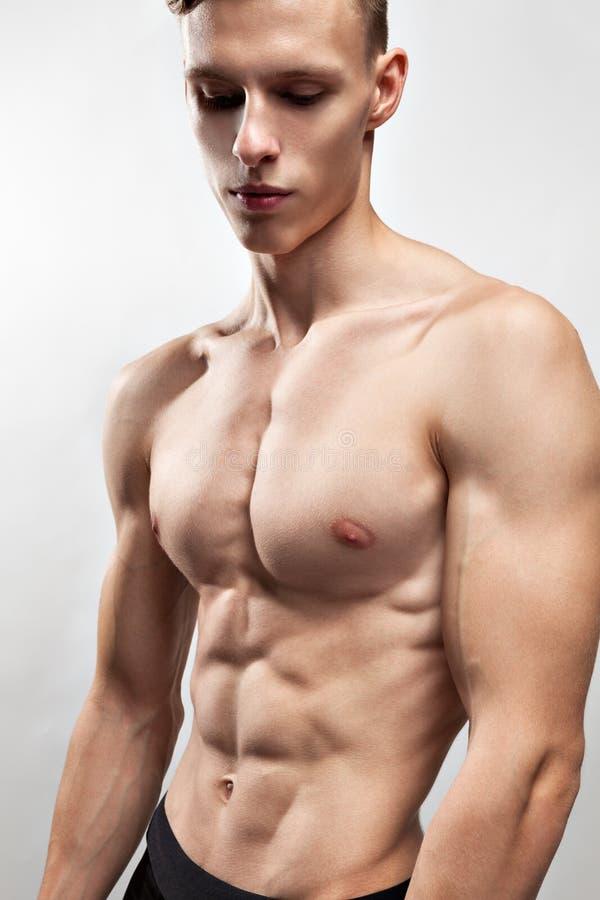 Человек с мышечным торсом стоковая фотография