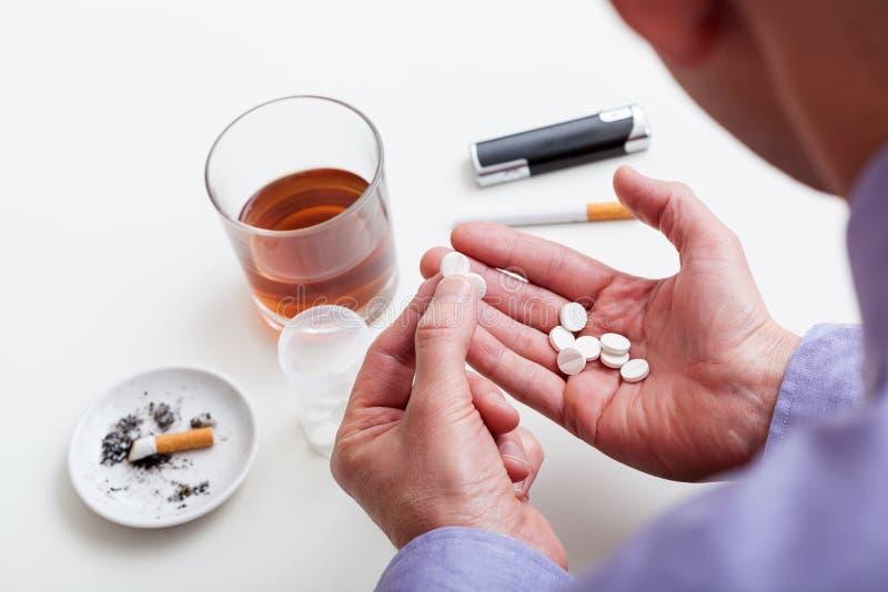 Download Человек с наркоманиями стоковое фото. изображение насчитывающей сигареты - 40578428