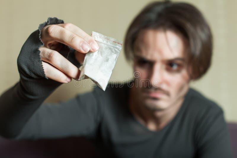 Человек с дозой кокаина в руке стоковая фотография rf