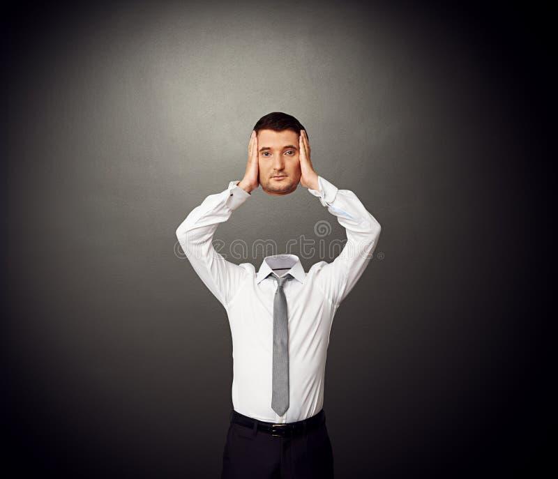 Человек с отрезанной головой в его руках стоковые фотографии rf