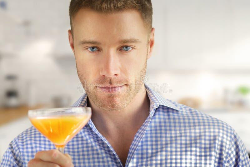 Человек с питьем стоковые фотографии rf