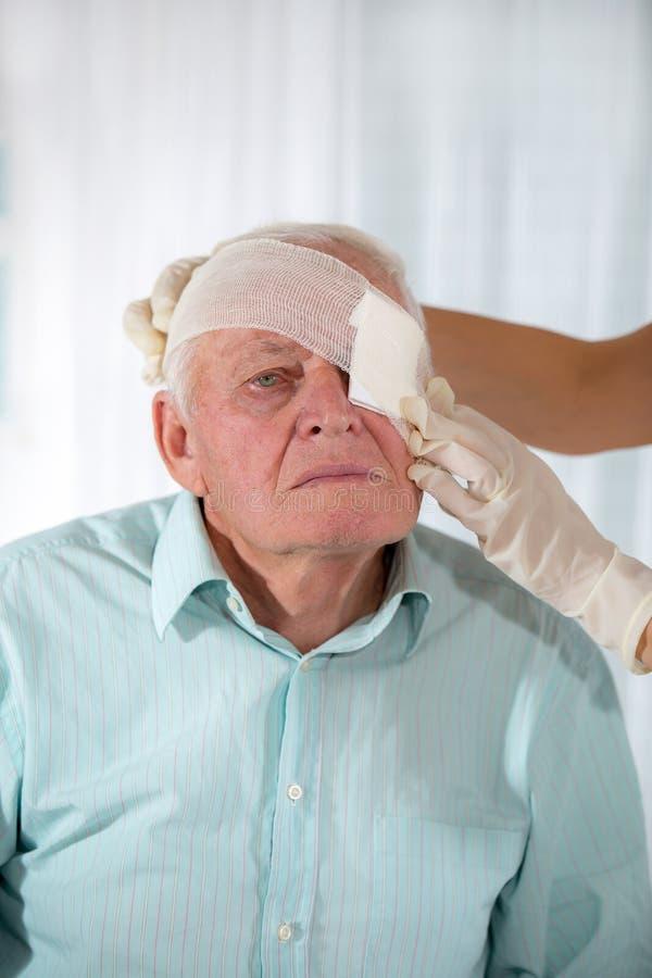 Человек с повязкой глаза стоковые фото