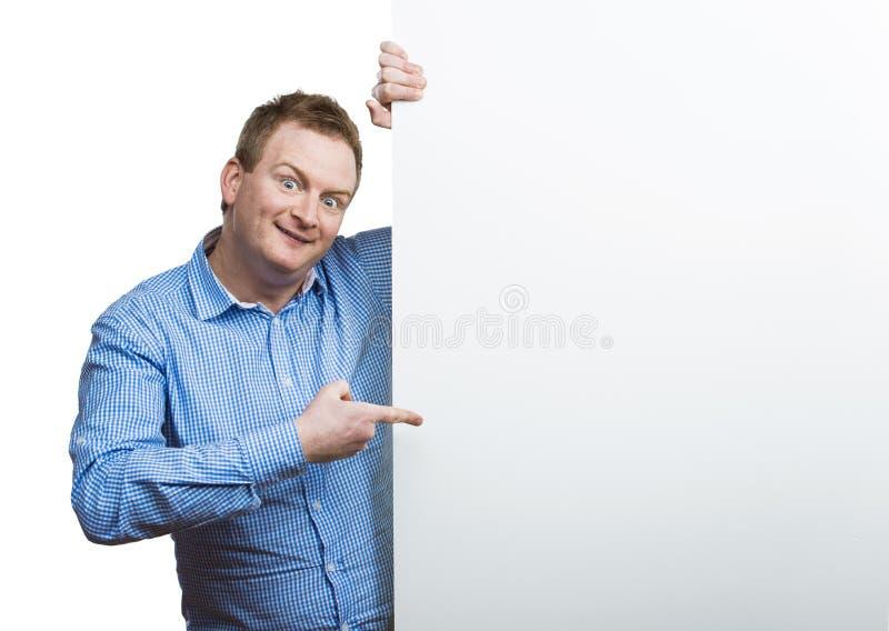 Человек с пустой доской знака стоковое изображение rf