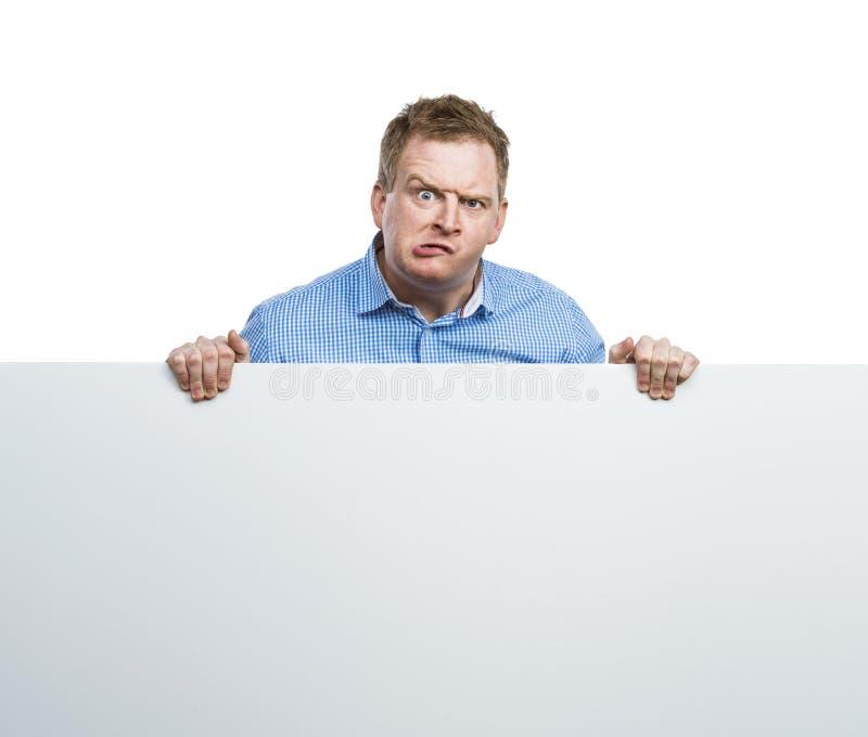 Человек с пустой доской знака стоковые фотографии rf