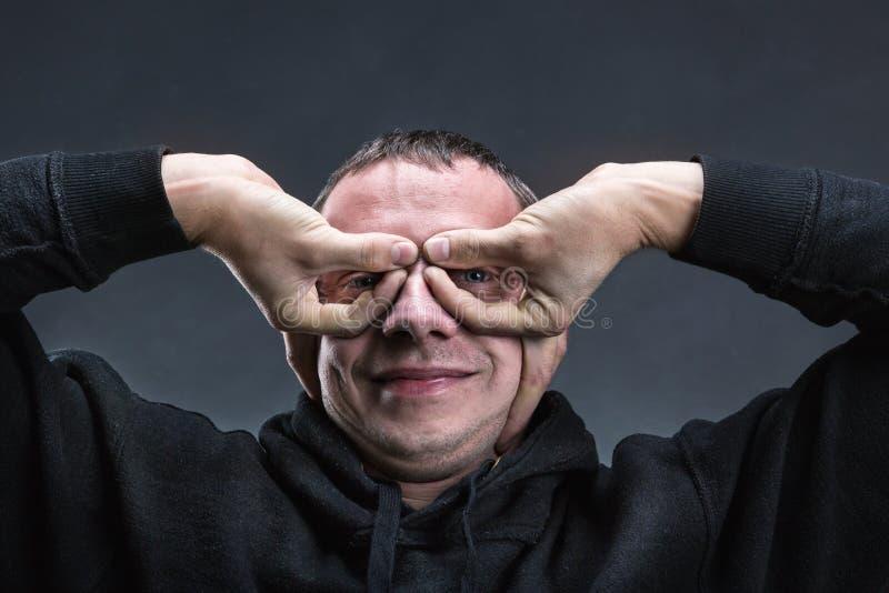 Человек с руками любит стекла стоковое фото rf