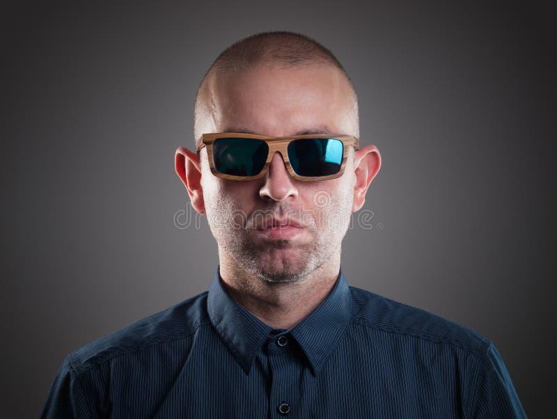Человек с солнечными очками в съемке студии стоковое изображение rf