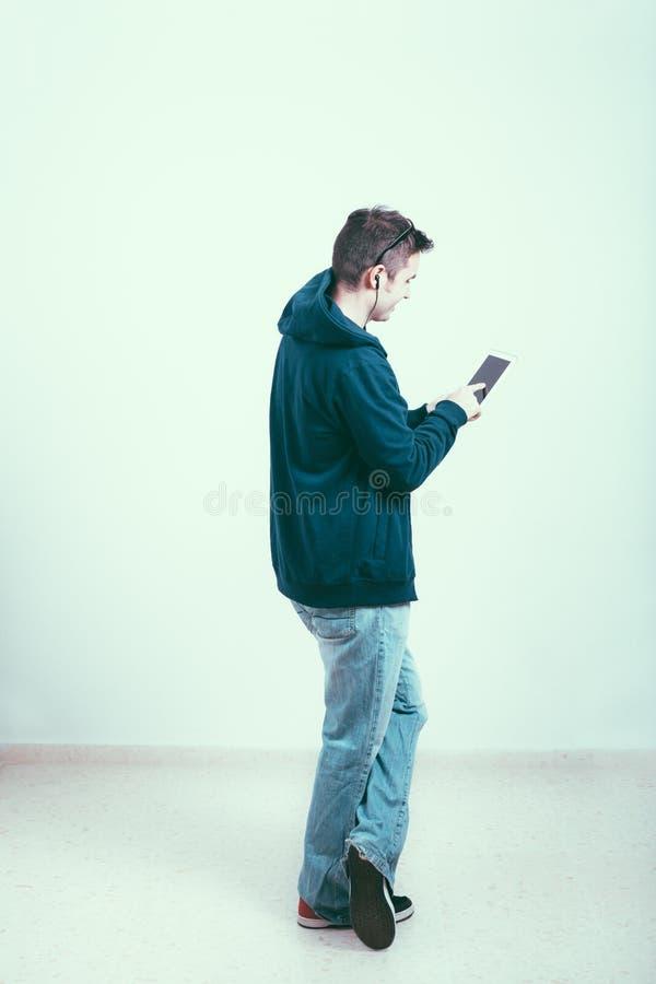 Человек с таблеткой стоковые изображения