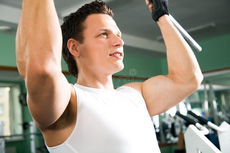 Человек с тренажером веса стоковое фото rf