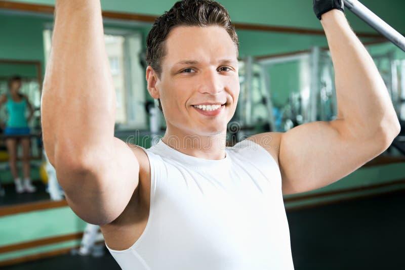 Человек с тренажером веса стоковые изображения rf