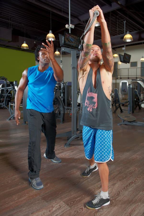 Человек с тренером в спортзале стоковая фотография rf