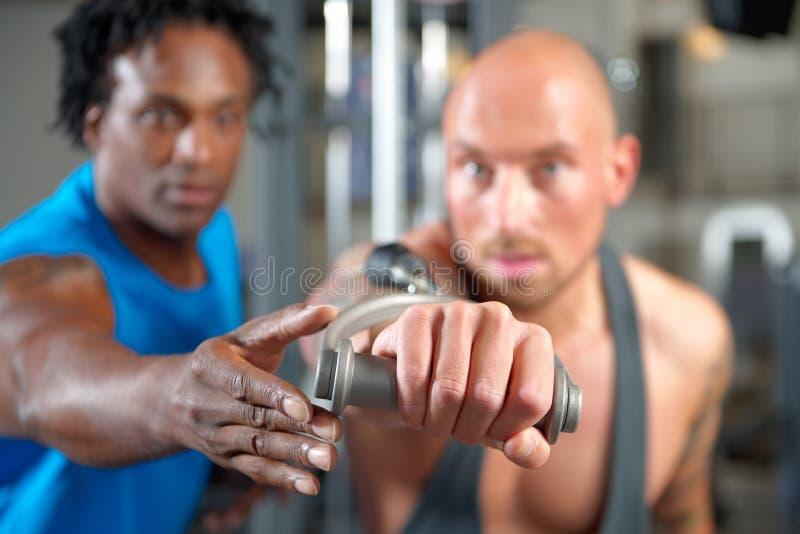 Человек с тренером в спортзале стоковые изображения