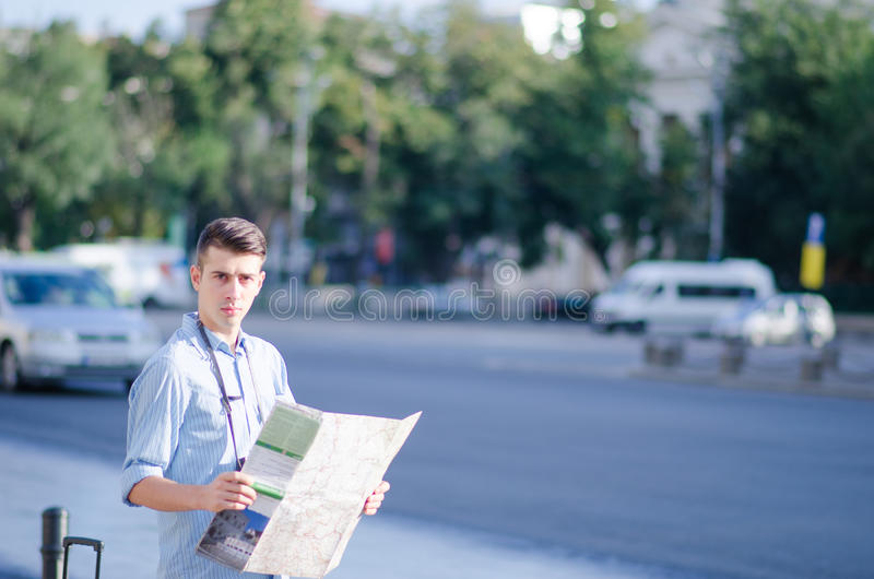 Download Человек с туристской картой Стоковое Изображение - изображение насчитывающей снаружи, вызывать: 33733083